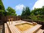 高野槙材を使用した森に囲まれた露天風呂。木の香りがいっぱい。2018年6月リニューアル!