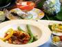 夏野菜をたっぷり使った夏のお料理一例。1品1品出来立てを味わえる。
