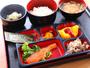当館自慢の朝ご飯は地元産の食材をたくさん使った和定食です。毎日精米する白いご飯はおかわり自由です。