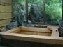 外の景色が見渡せる檜風呂です