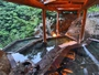 渓谷に向かって棚田のように段々に湯船を配した「四季舞台たな田」から眼前に広がる渓谷美を堪能