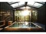 柔らかな日差しに包まれて、美人の湯でゆったり入浴タイム。写真は「宗家」の露天風呂