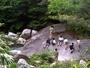 テラスから望む大岩。子供も大人も冒険気分です。人と比較するとその大きさがわかりますね。