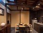 調理器具一式を備えた広々としたダイニングキッチン。堂々と広がる梁は京町家の趣を感じさせてくれます。