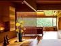 竹フローリングのロビーからは箱根連山の雄大な眺めを
