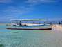 船が浮いて見えるくらいの透明度の海!