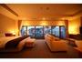 【デラックスダブルルーム44平米-1】窓が大きく正面に函館山を望みます。絶大な人気を誇るお部屋です。