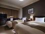 ツインルーム120cm幅のセミダブルベッドを採用。片方のベッドはセルフメイク形式となっております。