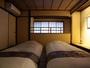 2階には和室が2部屋あり、お布団でお休み頂きます。朝には障子から柔らかな光が差し、心地よくお目覚め。