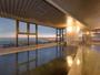 太平洋を一望する夕暮れの大浴場