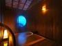 貸切露天風呂「あまてらす」プライベート感覚を重視し、木の温もりを感じる空間に。丸窓は開閉自由。