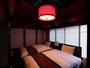 趣のある古い梁を表した天井の高い寝室。