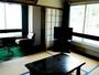 レトロな雰囲気漂う和室。こじんまりとしておりますが、のんびりお寛ぎ下さい。(一例)
