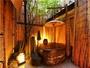 レトロな風情と開放感あふれる信楽焼の露天風呂「きらら」。
