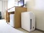 冷蔵庫と空気清浄機を備えています