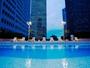 「スカイプール」は本館7階の屋上に位置し、摩天楼に囲まれた都会的な雰囲気でお楽しみいただけます。