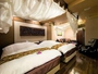 全客室に、リゾート気分が味わえる天蓋つきベッドを完備。