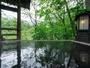 開放的な川側の露天風呂