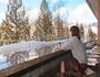 定山渓の温泉街を眺めながら足湯で一息、癒しの時間を♪