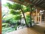 別館1階から庭を望む♪右奥に【離れの湯】の入口、庭を通って行きます。雨の日は和傘で
