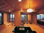 15畳の広い和室で過ごす時間は十人十色。毎日違う景色を見せてくれる田沢湖に臨む角部屋