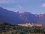 世界遺産の山々の麓に佇むホテル