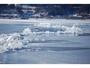 諏訪湖御神渡り。全面結氷した湖面の氷に入った割れ目がせり上がる現象です。