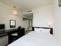 ダブルルーム 白を基調とした明るく清潔感ある室内