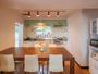キッチンダイニングスペースには北欧ランプや大人数でもお食事ができるアメリカ製のテーブルがあります。