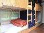 個室感のあるベッドと化粧スペースがある女性専用ドミトリー