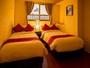一つの部屋はシングルベットを2台用意 クッション性のあるマットレスは旅の疲れを癒します