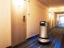 「デリバリーロボット」廊下を走行中