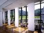 ティーラウンジ「はまなす」は大きな窓から太陽の光が降りそそぐ憩いの場です。