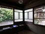 窓際にベンチを設けた書斎。大きな窓は風通しが良く、読書などにもご利用頂けます。