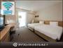 ハリウッドツイン。お部屋は30平米。幅122cmのベッドが2台隙間なく並んでいます。マッサージチェア完備。