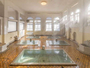 【元禄の湯】昭和5年建造。源泉100%かけ流し。アーチ型の窓が印象的なお風呂です。