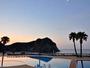 プールの夜明け、すぐそこにある砂浜での散歩は、日常感じることの出来ない贅沢な静寂のひととき