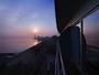 バルコニーから臨む朝日と朝焼けに染まる湖面。