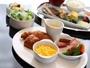 【朝食】焼きたてのパンと60種類の豊富なメニューがおすすめのブッフェスタイル。