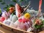 網元渾身の夕膳を飾る、常時11-13種のネタが乗った舟盛りは圧巻。