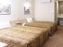 約25平米の広さに幅1.5m超の大型ベッド2台。1名-親子4人まで宿泊可。全室無料ネット接続可。
