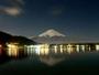 月に照らされた冬の富士山