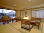 うぶやは、全ての客室から富士山を眺めることができます。日没後の河口湖に映る美しい夜景も見どころです。