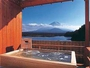 湯船に浸かると、富士山と精進湖が丁度良く眺められる絶景の貸切露天