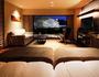 彦根城を望む半露天風呂の付いた客室。上質な空間で優雅な寛ぎを。