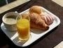 クロワッサン、デニッシュ、オレンジジュース、コーヒーの朝食が無料です
