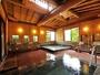 女性用浴室は、音頭の異なる二つの浴槽がございます。檜の太い梁と湯気抜き窓が特徴です。