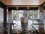 【本館】大浴場 泉質:炭酸水素塩泉 黒い湯花が舞う希少な泉質。時間:5:00-10:00/15:00-24:00