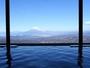 温泉大浴場からは、天気が良いと富士山や駿河湾、相模湾の壮大な眺望が広がります。寛ぎのひとときを。