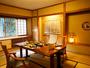 和洋折衷食事処「松風」。畳に洋テーブル、足元もゆったりお食事をお愉しみください。